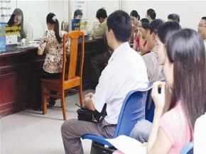 Người dân chờ làm thủ tục nhập hộ khẩu tại CA quận Thanh Xuân