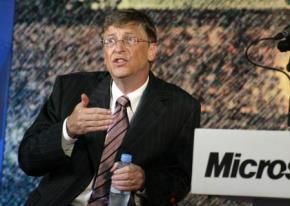 Bill Gates phát biểu tại trường ĐH Bách Khoa Hà Nội, tháng 4/2006. Ảnh: VietNamNet