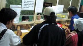 Sinh viên đóng học phí tại Trường đại học Hồng Bàng (TP.HCM) - Ảnh: Trần Tiến Dũng