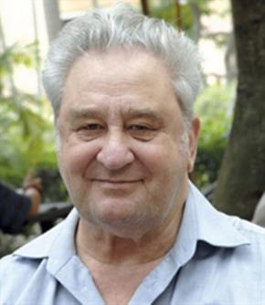 Giáo sư Pièrre Darriulat (sinh năm 1938) là một nhà vật lý hàng đầu quốc tế, viện sĩ Viện Hàn lâm Khoa học Pháp