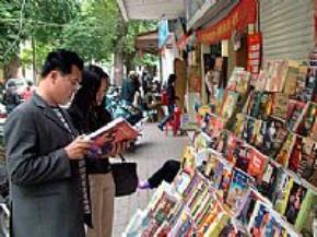 Chọn mua sách tại một cửa hàng trên phố Đinh Lễ
