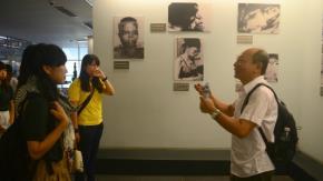 Giáo sư Bùi Chí Trung và sinh viên Nhật tại Bảo tàng Chứng tích chiến tranh TP.HCM hè 2014 - Ảnh: Đoàn Bảo Châu