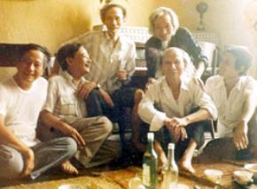Nhà văn Nguyễn Tuân cùng họa sĩ Bùi Xuân Phái và nhạc sĩ Văn Cao (hàng trên)