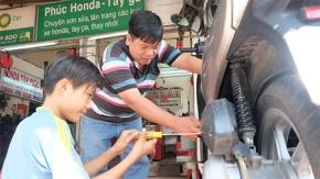 Ông Nguyễn Văn Phúc (42 tuổi), chủ tiệm sửa xe máy Tân Phúc Mập (đường Phạm Hùng, phường 5, Q.8, TP. HCM), hơn 22 năm nhận dạy và sửa xe miễn phí cho người nghèo, người khuyết tật.