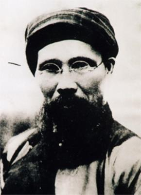 Phan Bội Châu (1867-1940), người chủ trương bạo động vũ trang chống thực dân Pháp, khởi xướng phong trào Đông Du (1904), sáng lập Hội Duy Tân (1904-1912) và Việt Nam Quang Phục Hội (1912)