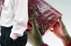 Ngày 5.5.2008, thông tin công khai vụ ông Võ Thanh Bình - Bí thư Tỉnh ủy Cà Mau, nộp lại 100 triệu đồng tiền chạy chức của cấp dưới cấp trưởng phòng đưa tại nhà riêng ông Bình. Ông Bình đã không tiết lộ danh tính người đưa tiền...
