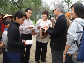 Chị Tạ Thị Ngọc Thảo, GS Cao Huy Thuần (phải) và một số bạn SV đại học Huế