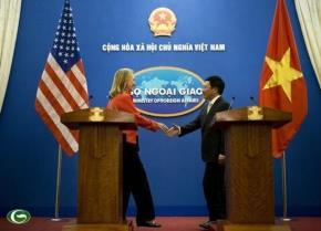 Bộ trưởng Ngoại giao Mỹ Hillary Clinton bắt tay với Bộ trưởng Ngoại giao Việt Nam