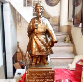 Tượng Trần Hưng Đạo khảm bạc, cao 60cm