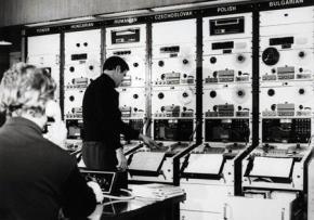 Trong phòng điều khiển của Đài châu Âu tự do (RFE) có từng khu vực điều chỉnh sóng dành riêng cho các quốc gia thuộc khối Đông Âu.