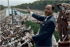 """Mục sư Martin Luther King, một nhà hoạt động vì dân quyền, chống phân biệt chủng tộc, đã đọc bài diễn văn """"Tôi có một giấc mơ"""" tại Đài tưởng niệm Lincoln (Washington D.C, Mỹ) ngày 28/8/1963"""