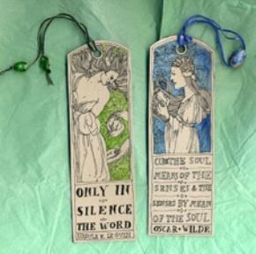 Một đôi bookmark làm bằng tay ghi những câu trích văn học nổi tiếng.