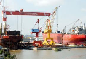 Việc Vinashin vỡ nợ giờ chót chứng minh việc sử dụng quyền lực nhà nước không được kiểm soát. Trong ảnh: Một góc xưởng đóng tàu của tập đoàn kinh tế Vinashin. Ảnh: CTV