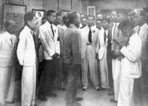 Chủ tịch Hồ Chí Minh phát biểu ý kiến tổ chức tại trụ sở của hội khai trí Tiến Đức (bên trái là Vũ Ngọc Phan, bên phải là Trần Huy Liệu)