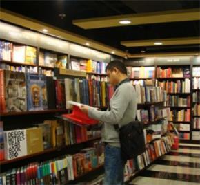 Sách bản quyền rẻ bằng sách lậu?