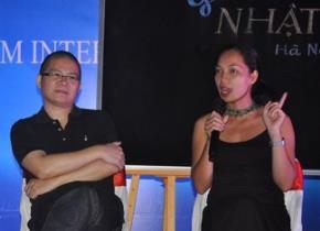 Đạo diễn Nguyễn Hoàng Điệp (phải) và TS Giáp Văn Dương (giữa) tranh luận về trường chuyên, lớp chọn