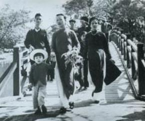 Đón Xuân trên cầu Thê Húc - Hà Nội.