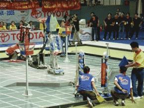 Sinh viên các trường đại học tham gia cuộc thi sáng tạo robot VN 2005 - Ảnh: N.C.T