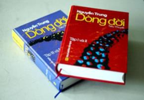 Dòng đời, tiểu thuyết bốn tập của Nguyễn Trung, Nxb Văn nghệ xuất bản, dày gần 1.700 trang. Phát hành tháng 10/2006