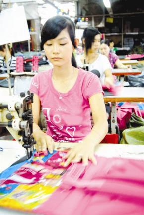 May mặc, ngành công nghiệp xuất khẩu chủ lực của Việt Nam, vẫn phải phụ thuộc phần lớn vào nguồn nguyên liệu nhập khẩu. Ảnh: Minh Khuê