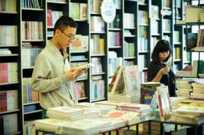 Thanh niên đọc sách