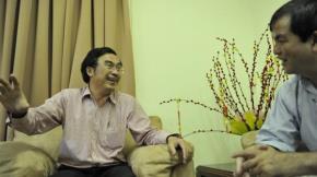"""Nghệ sĩ Hữu Luân (trái) chia sẻ với PGS.TS Nguyễn Hoài Nam những """"bí quyết"""" vượt qua căn bệnh của mình"""