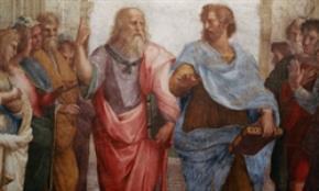 """Phần trung tâm của bức tranh tường """"The School  of Athens"""" (Raphael, 1509 - 1511). Trong bức tranh,  dường như Plato và học trò yêu của ông, Aristotle,  đang tranh luận về sự khác biệt giữa trường phái  triết học của mỗi người"""