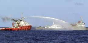 Tàu TQ phun vòi rồng vào tàu VN. Ảnh: Cảnh sát biển Việt Nam