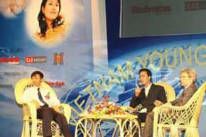 Các vị khách mời chia sẻ kinh nghiệm với các bạn trẻ.