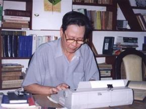 Nhà văn Nguyễn Khải và chiếc máy đánh chữ đã gắn bó với ông cho đến cuối đời - Ảnh: T.N.