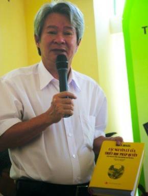 Nhà nghiên cứu triết học Bùi Văn Nam Sơn tại buổi giới thiệu sách hồi tháng 3-2010. Ảnh: NVN.