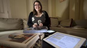 """Sinh viên cao học Handscombe phát hiện gần đây não cô chỉ """"quét"""" qua các trang tiểu thuyết chứ không còn đọc! - Ảnh: Washington Post"""