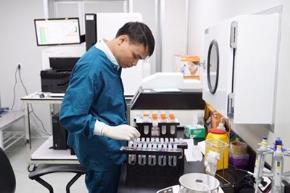 Các nhà khoa học nghiên cứu về bộ gen của người Việt. Ảnh: Lao động