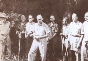 17h 30 ngày 7-5-1954, cờ Quyết chiến quyết thắng của quân đội ta phấp phới tung bay trên nóc hầm chỉ huy của địch. Tướng Đờ-cát-tờ-ri cùng toàn bộ tham mưu và binh lính tập đoàn cứ điểm Điện Biên Phủ phải ra hàng