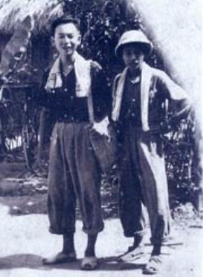 Nhà báo Hồng Hà (bên trái) trên đường đi công tác ở Việt Bắc năm 1947