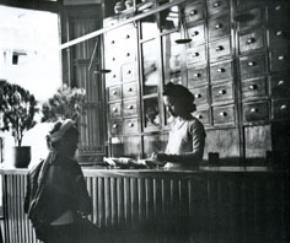 Người buôn bán xưa nay luôn trọng chữ tâm, chữ tín. (Trong một cửa hàng bán thuốc Bắc ở Hà Nội cách đây hơn nửa thế kỷ).