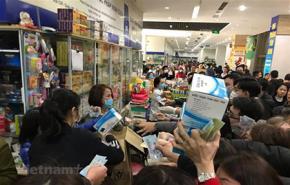 Cảnh người dân chen nhau mua khẩu trang tại chợ thuốc Hapulico lớn nhất miền Bắc. Nguồn: TTXVN