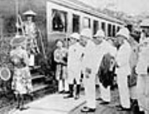 Toàn quyền Albert Sarraut và Thống sứ Bắc kỳ tiễn đưa vua Khải Định về Huế tại sân ga Nam Định. Vua đang giã từ ở bậc thang bước lên tàu.