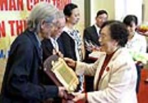 Bà Nguyễn Thị Bình - chủ tịch Quỹ văn hóa Phan Châu Trinh, nguyên phó chủ tịch nước - trao giải cho nhạc sĩ Lư Nhất Vũ - Ảnh: L.Điền