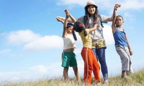 Mỹ Linh và các em nhỏ ở Nepal (Ảnh :NVCC).