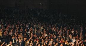 Hội trường đã không còn một chỗ trống. Dù chương trình kéo dài  hơn 4 giờ đồng hồ tới tận 12h đêm, vẫn thấy rất ít người ra về