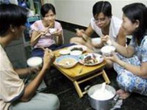 Bữa cơm gia đình tạo nên không khí ấm cúng, gần gũi là môi trường thuận lợi để bố mẹ, con cái trò chuyện với nhau - Ảnh: Tố Oanh