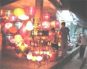 """Đèn lồng -  món đồ thủ công vẫn được xem là """"đặc sản"""" của Hội An giờ chủ yếu được nhập từ Trung Quốc. Ảnh: V.A"""