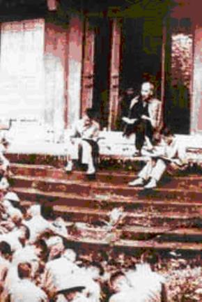 """""""Các vua Hùng đã có công dựng nước, bác cháu ta phải cùng nhau giữ lấy nước"""", Bác Hồ đến thăm bộ đội ở đến Hùng trước khi về tiếp quản thủ đô, 1954 - Ảnh tư liệu"""