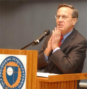 Giáo sư Richard Levin, hiệu trưởng đương nhiệm của Đại học Yale từ năm 1993