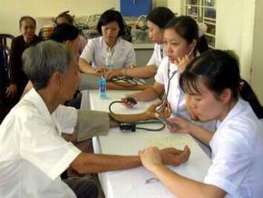 Sinh viên tình nguyện khám chữa bệnh miễn phí cho nhân dân