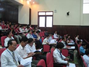 Các đại biểu đang theo dõi báo cáo tham luận