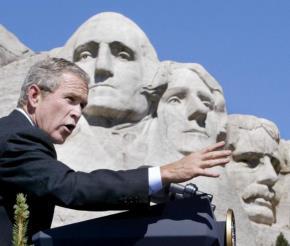 Tổng thống Mỹ Bush bên tượng đài của 4 Tổng thống Mỹ tạc vào đá núi: George Washington, Thomas Jefferson, Theodore Roosevelt và Abraham Lincoln
