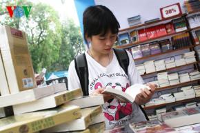 Bạn trẻ đọc sách tại Hội sách