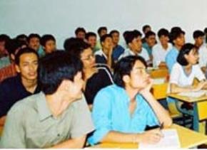 Nhiều người đi học tại chức để... giảm stress! (Ảnh: Vietnamnet)
